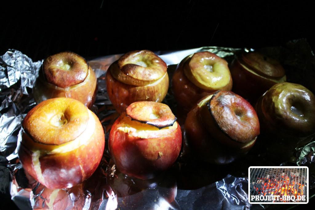 Bratäpfel auf dem Grill