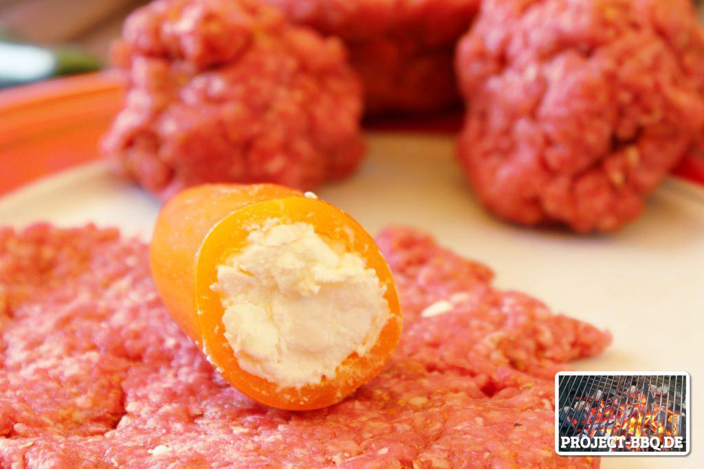 Die Paprika wird mit Käse gefüllt.